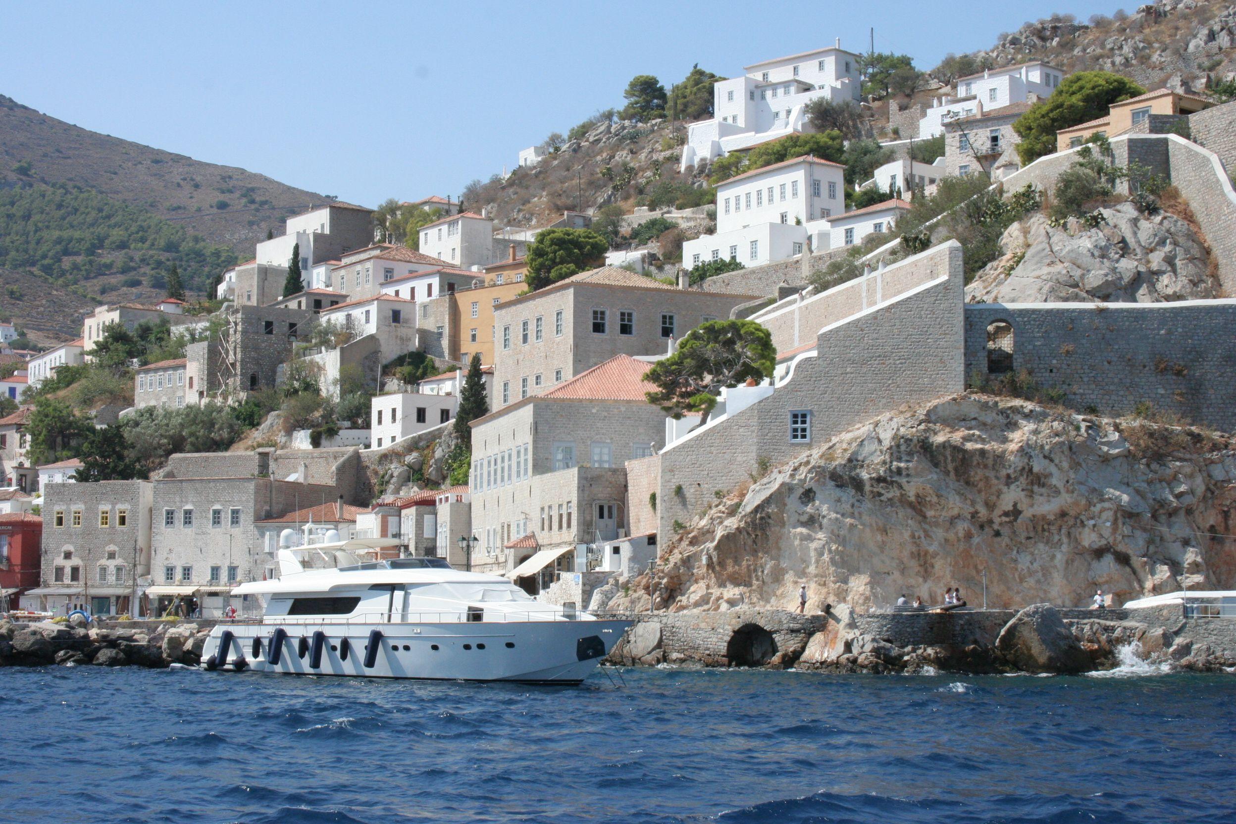 Inspectorii fiscali, atacati cu pietre pe o insula din Grecia
