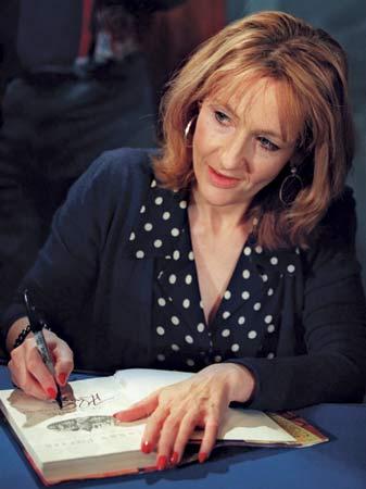 """J.K. Rowling, autoarea seriei """"Harry Potter"""", a lansat primul sau roman pentru adulti"""