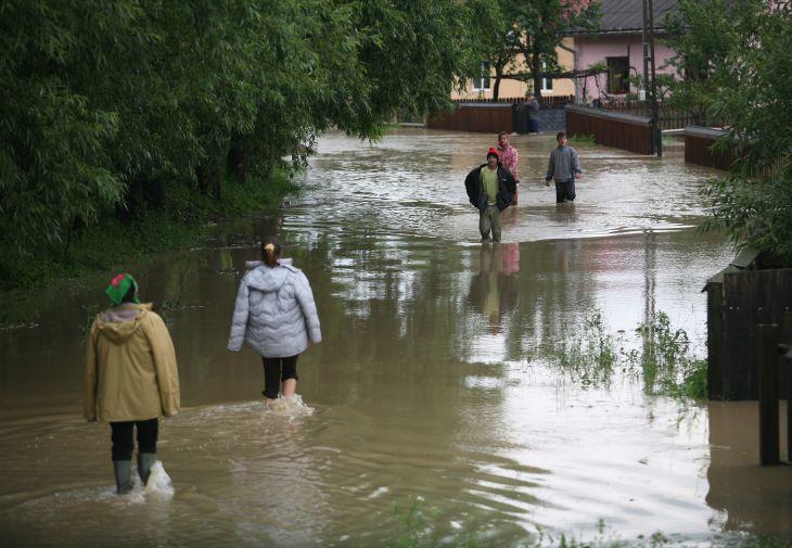 COD ROSU de inundatii pe Jiu! Mii de oameni izolati si case luate de ape in mai multe judete!