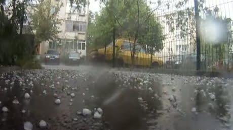 Atentie unde calatoriti, meteorologii anunta ploi insotite de grindina si vijelii in toata tara!