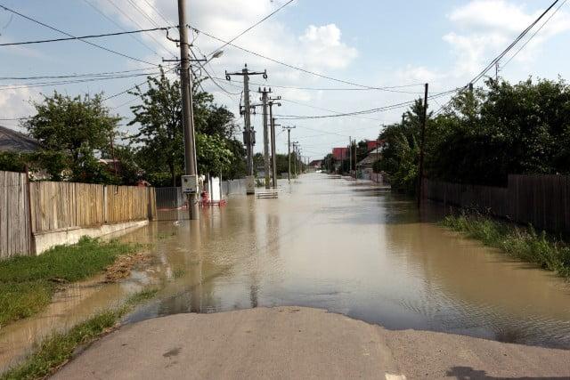 Sute de gospodarii au fost inundate de viituri in Neamt!
