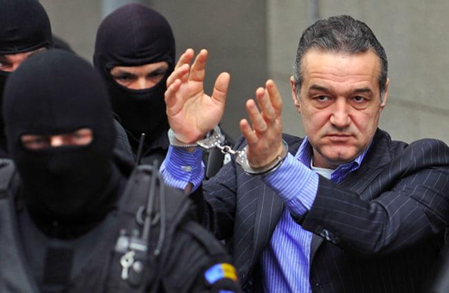 Scuzele lui Gigi Becali nu au convins. Latifundiarul schimba avocatii de dupa gratii!