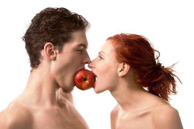 Couple-eating-apple