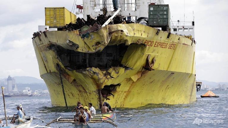 Un FERIBOT s-a scufundat in largul Insulelor Filipine! Sute de persoane disparute! VIDEO