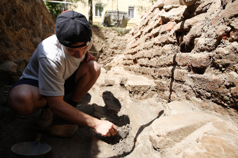 DESCOPERIRE ARHEOLOGICA: Peste 1.400 de morminte din Evul Mediu au fost gasite la Biserica Neagra din Brasov!