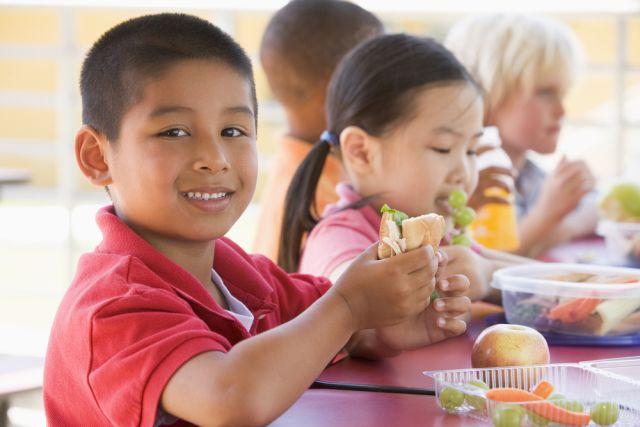 kids-eating-lunch.shutterstock_77073631