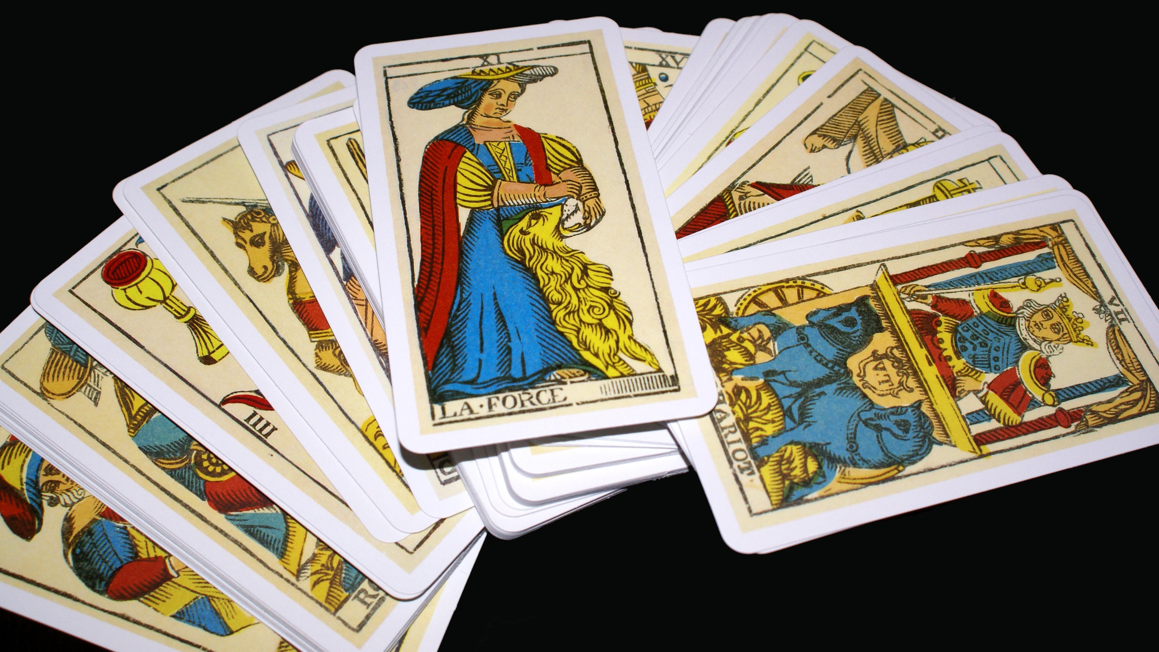 Vrei sa-ti afli viitorul? Zece carti ale destinului in TAROT!