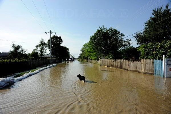 INUNDATII in GALATI: Noua morti si peste 700 de case inundate!