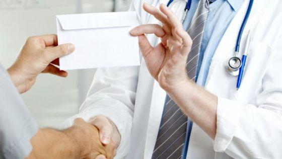 Un medic militar a fost retinut de DNA, fiind prins in flagrant in timp ce primea mita!