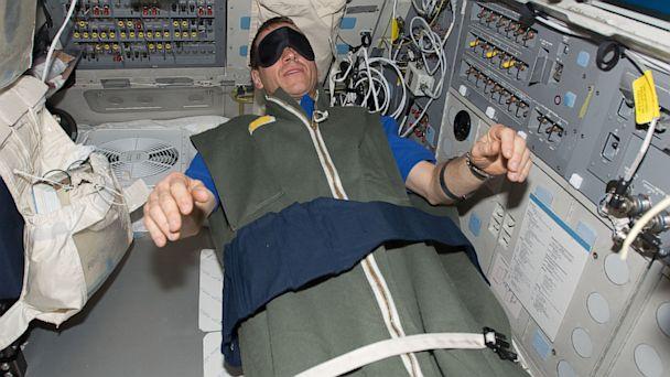 Esti satul de stat in picioare? NASA te plateste cu 18.000 de dolari pentru a sta in pat timp de 70 de zile!