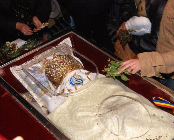 Zeci de mii de pelerini la moastele Sfintei Parascheva din Iasi!