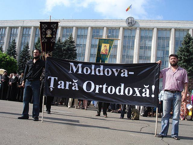 Preotii au protestat in Parlamentul de la Chisinau, blocand accesul deputatilor!