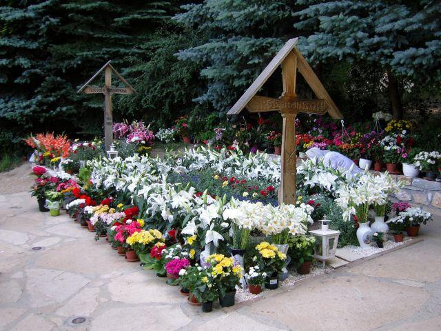 Peste 12.000 de pelerini s-au rugat joi la mormantul parintelui Arsenie Boca!