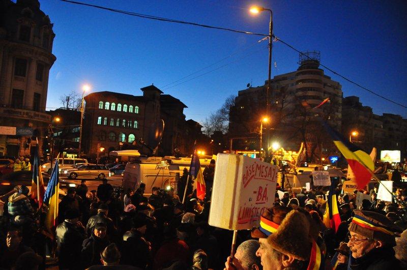 """Manifestari virulente la Universitate: """"Demisia"""" si """"Jos Guvernul Ponta"""" au cuprins centrul Capitalei"""