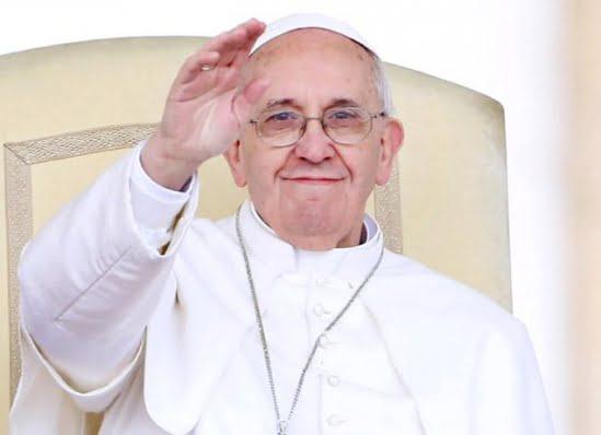 Informatia care ZGUDUIE Vaticanul! Vezi cum se deghizeaza Papa Francisc in preot pentru a parasi noaptea Vaticanul!