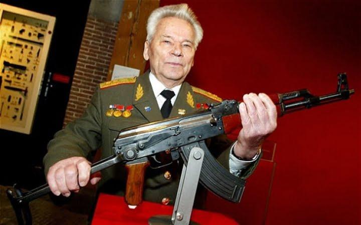 Inventatorul armei automate Kalasnikov a murit la varsta de 94 de ani! VIDEO