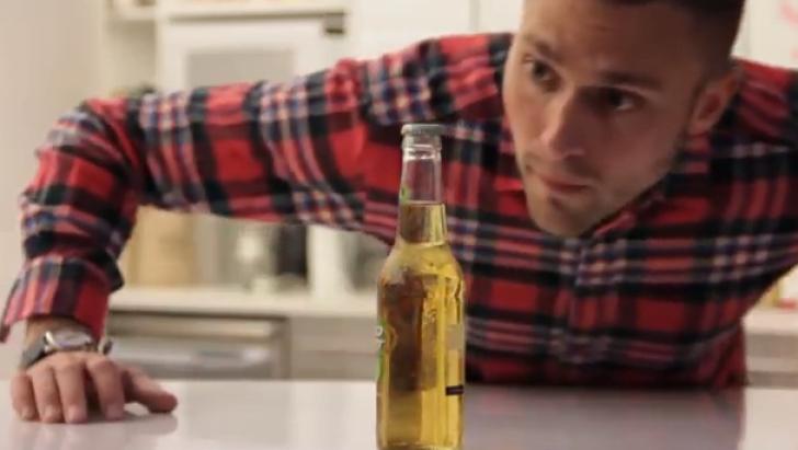 VIDEO Cum desfaci o sticla de bere fara sa o atingi!