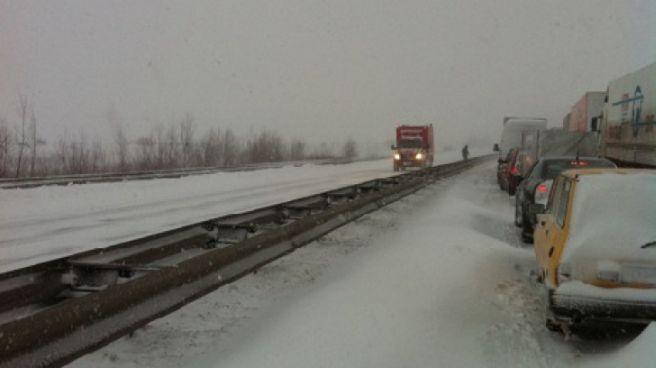 Pe Autostrada A1 Bucuresti-Pitesti se lucreaza la degajarea partii carosabile pe Calea II si la salvarea celor blocati