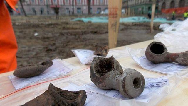 DESCOPERIRE in Piata Libertatii din Timisoara: Camera focului din baile turcesti si 14 fragmente de pipe, vechi de 400 de ani!