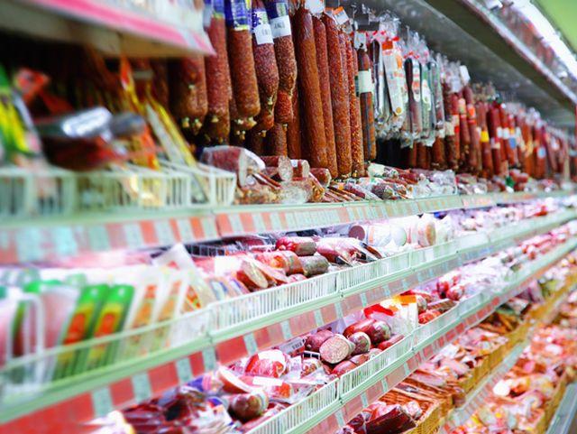 Zeci de kilograme de SALAM fara acte au fost retrase din trei supermarketuri din Vaslui!