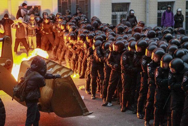 NOI VIOLENTE la KIEV cu munitie de RAZBOI: Parlamentul a fost EVACUAT! Zece MANIFESTANTI, IMPUSCATI mortal! LIVE VIDEO