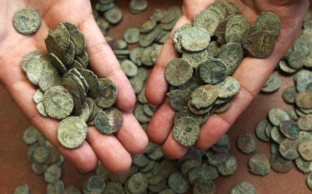 Monede antice si medievale, confiscate de politisti de la un targ din Brasov!
