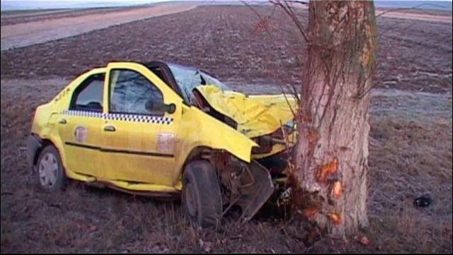 Un taximetrist de 21 de ani si-a pierdut viata dupa ce s-a izbit cu masina intr-un copac! VIDEO