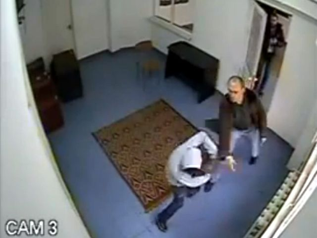 IMAGINI SOCANTE: Seful Politiei Piatra Neamt a fost filmat in timp ce loveste o MINORA in sediul institutiei! VIDEO
