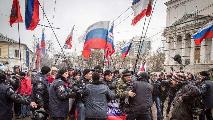 UCRAINA IN CRIZA: Manifestantii prorusi au patruns in sediul administratiei de la Donetk si au arborat STEAGUL RUSESC!