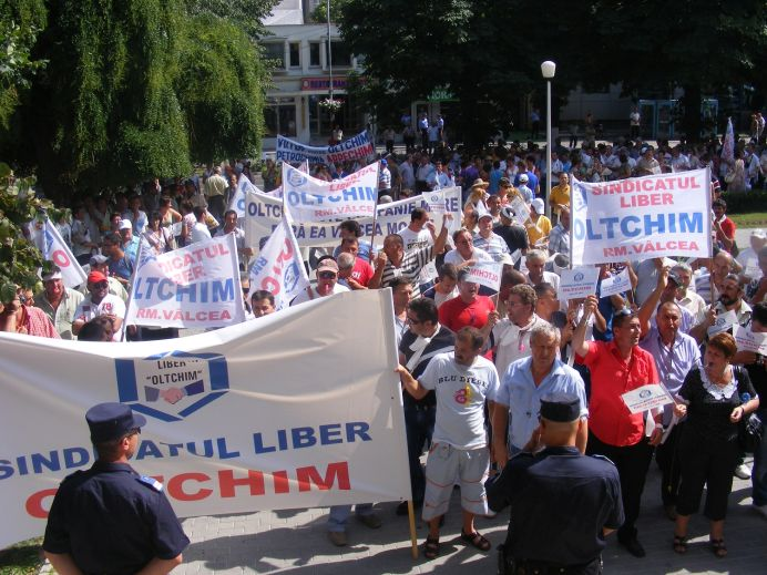 Fosti angajati ai Oltchim protesteaza la Prefectura Ramnicu Valcea pentru a-si primi SALARIILE COMPENSATORII!