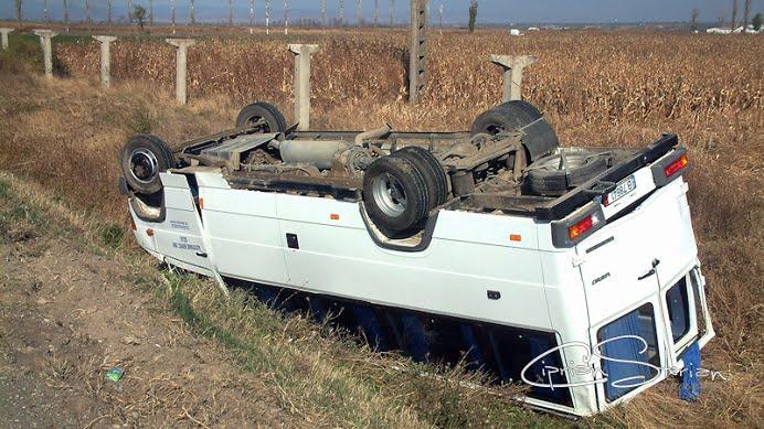 ACCIDENT IN LANT PE DN1! Un microbuz plin cu calatori a iesit de pe carosabil!