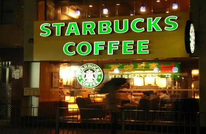 O cafenea Starbucks alunga jumatate dintre chiriasii de la parterul Hanului lui Manuc