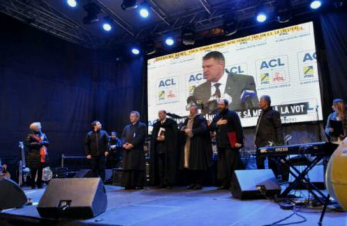 Klaus Iohannis canta imnul