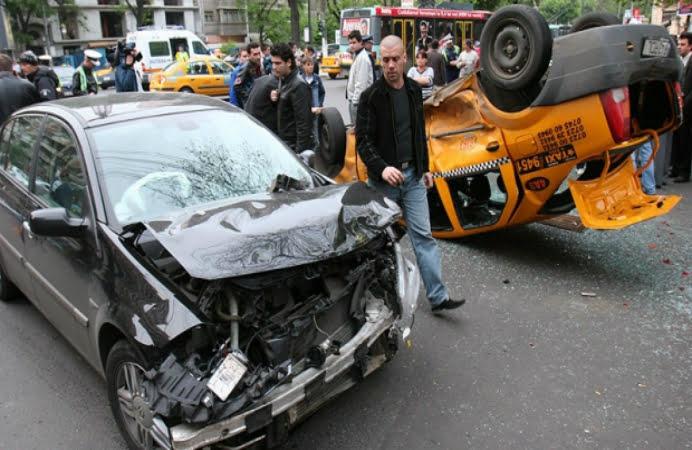 Opt dintr-o lovitura! Un sofer baut a provocat un accident in zona Piata Sudului din Capitala! O tanara a avut nevoie de ingrijiri medicale