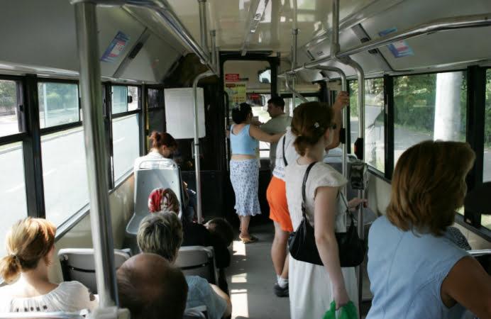 PANICA IN RATB! Un barbat de 30 de ani i-a smuls unei femei cercelul din ureche in autobuz!