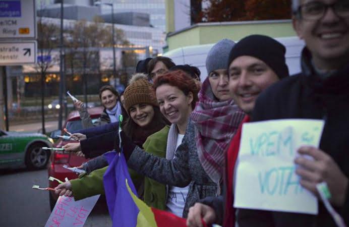 Romanii din diaspora au iesit deja la vot! In Munchen se sta DE ACUM la coada!
