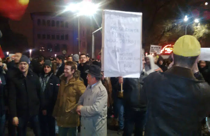 Mii de oameni au iesit in strada sa ii sustina pe romanii din diaspora! Iohannis a mers in Piata Universitatii, unde a fost aplaudat si felicitat!