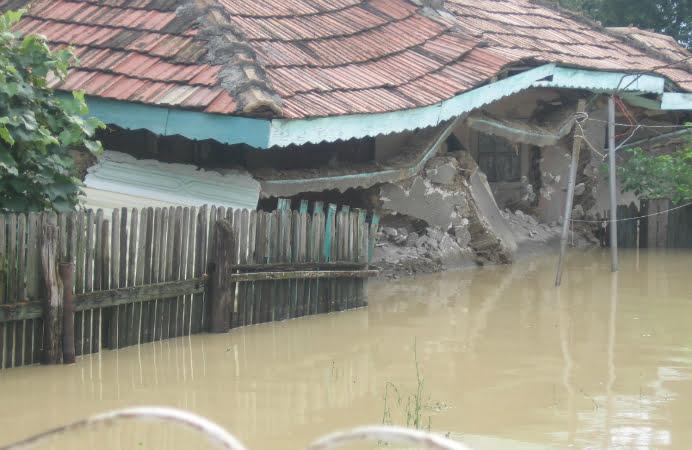 Ploile au trecut, inundatiile raman! Sute de oameni sunt si acum izolati
