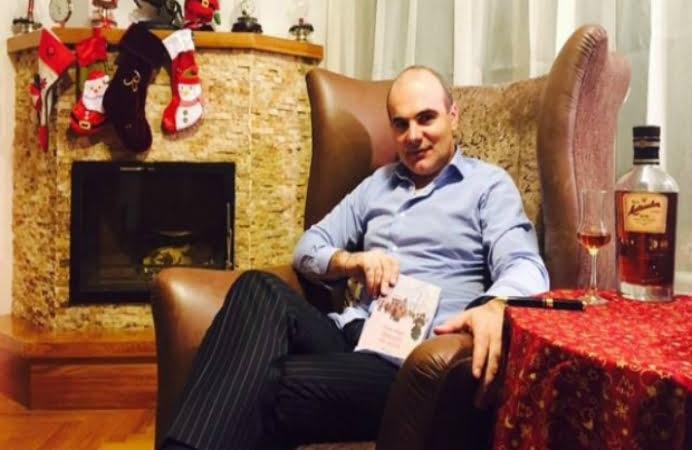 Jurnalistul Rares Bogdan si-a pus sotia dezbracata pe Facebook! Parca ar fi un iepuras Playboy! FOTO