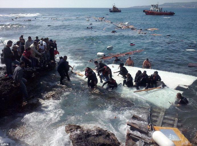 """VIDEO – FOTO Momentul in care sute de imigranti din Libia """"mor ca sobolanii"""" langa paradisurile noastre!"""