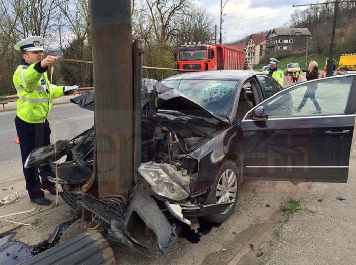 ACCIDENT! Un deputat PSD a intrat cu masina in stalp!