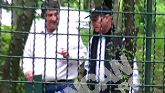 Paparazzi l-au PRINS pe Traian Basescu ascunzandu-se in Parcul Herastrau! S-a intalnit cu un ofiter SRI!