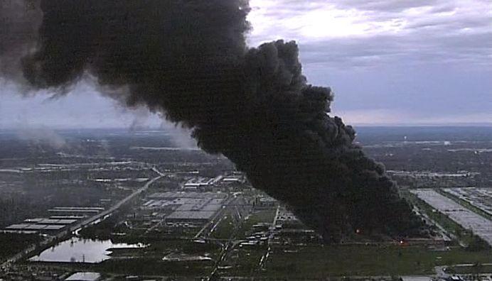 VIDEO Incendiu URIAS in SUA. Arde fabrica uneia dintre cele mai mari companii din lume!