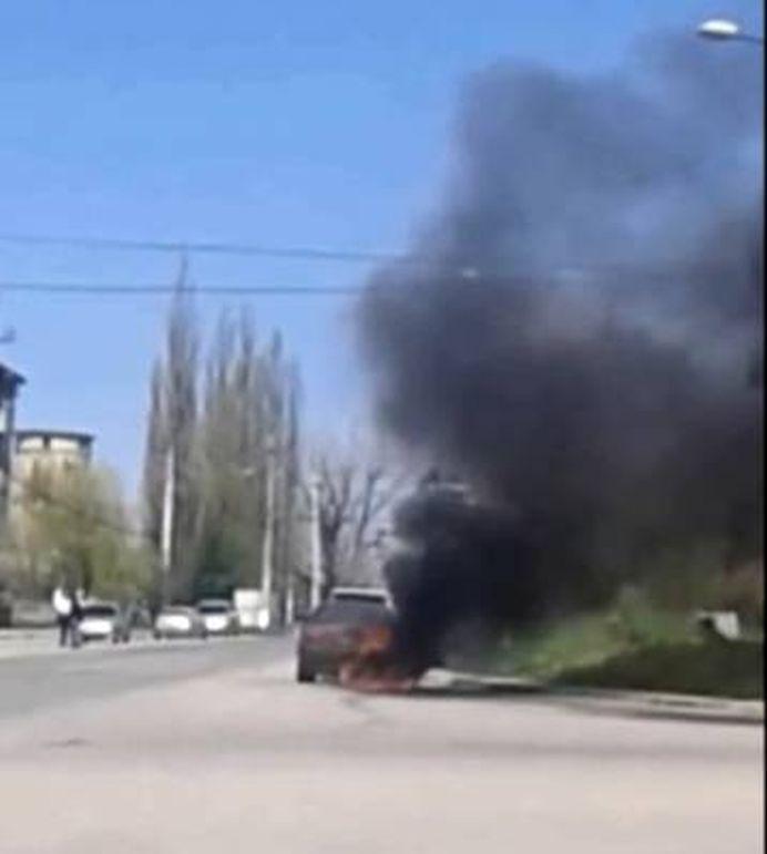 VIDEO Niste NESIMTITI! O masina a ars complet la Oravita iar martorii ascultau manele si N-AU MISCAT UN DEGET!