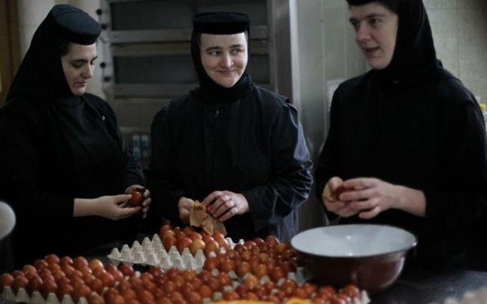 Cum vopsesc ouăle de Paști măicuțele de mănăstire!