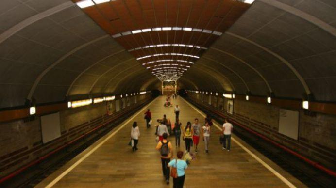 Un barbat s-a aruncat sub metrou, in statia Titan!