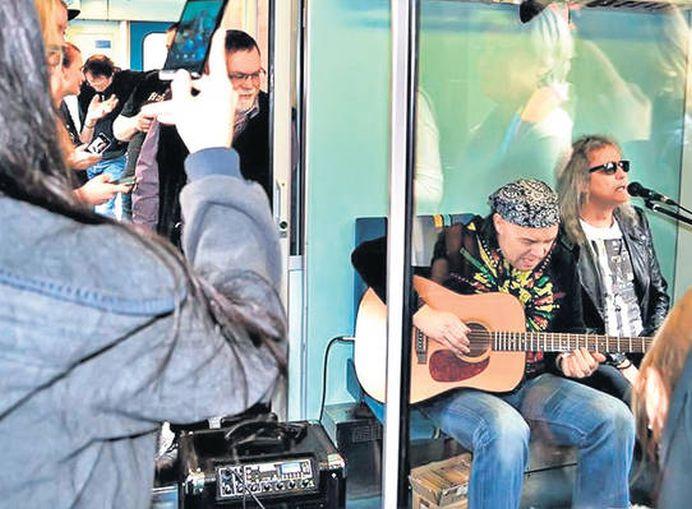 Cristi Minculescu a ajuns SA CANTE IN TRENURI in Germania