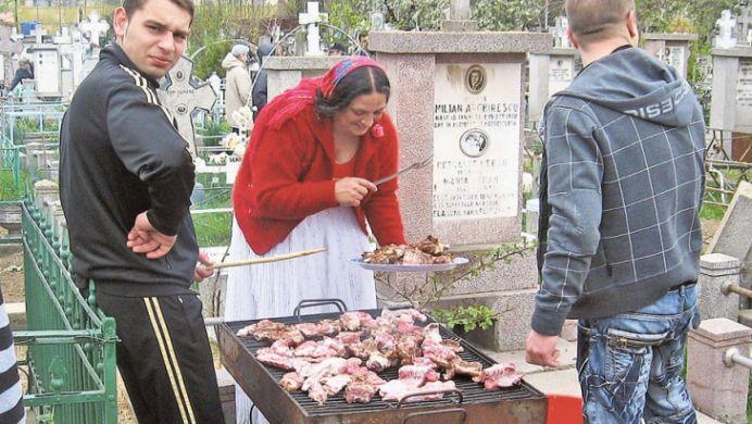 VIDEO INCREDIBIL! Au incins gratarele si au fript carnea in CIMITIR!