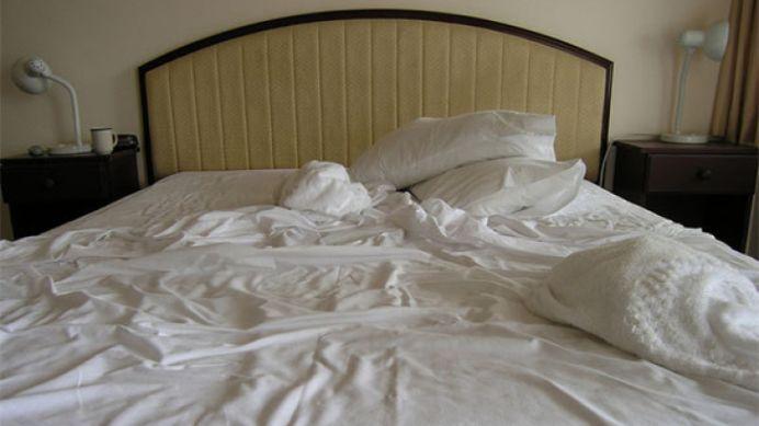Asternuturile de pat NESCHIMBATE te pot OMORI incet!