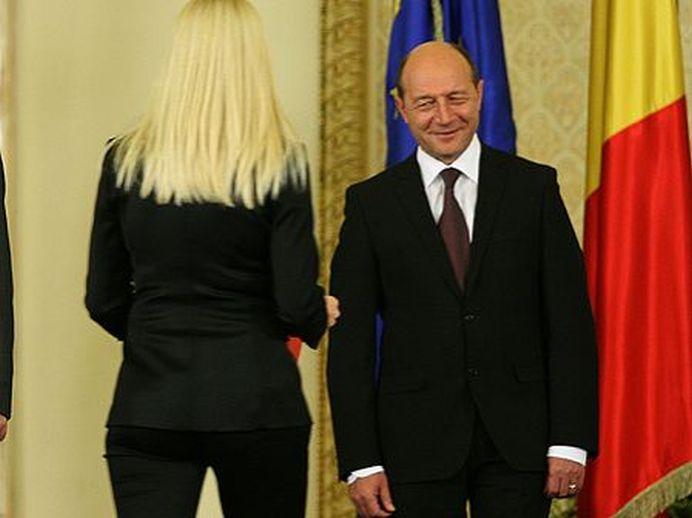 Basescu ATACAT de un se astepta mai putin: S-a sinucis INTR-UN DECOLTEU!